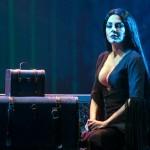 Η Μαρία Σολωμού με σέξι εμφάνιση επί σκηνής ως… Morticia Addams