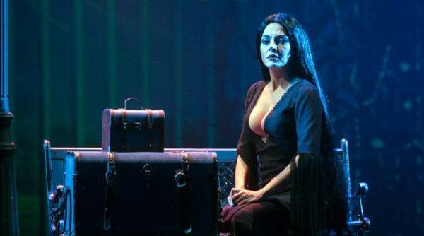 Η Μαρία Σολωμού με σέξι εμφάνιση επί σκηνής ως... Morticia Addams
