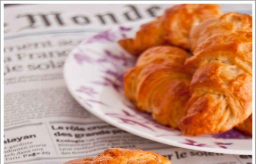 Σπιτικό γαλλικό κρουασάν σοκολάτας με πραλίνα αμυγδάλου