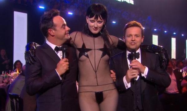 Η γυμνή εμφάνιση που έγινε ποτέ σε βραβεία Brit Awards