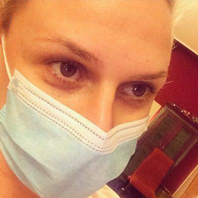Η Κατερίνα Καραβάτου φοράει ιατρική μάσκα και εύχεται να πάνε όλα καλά
