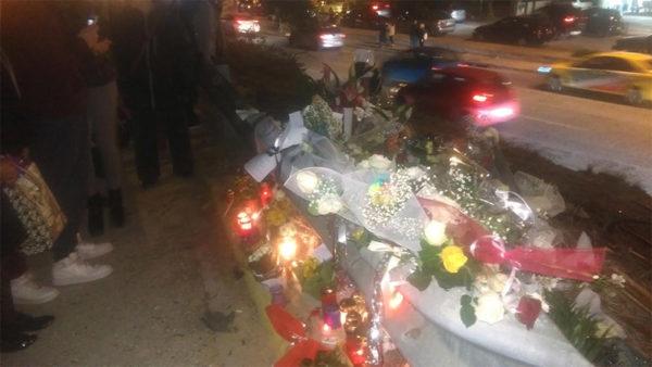 Λουλούδια, ανθοδέσμες και γραπτά μηνύματα αφήνουν στο σημείο του τροχαίου