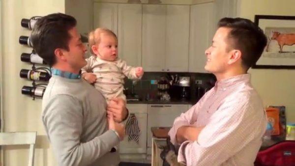 Πώς αντιδρά ένα μωρό που έχει μπαμπά και θείο δίδυμους
