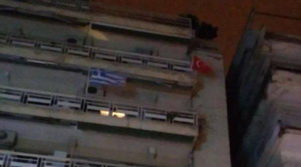Θεσσαλονικιός κρέμασε την τουρκική σημαία στο μπαλκόνι του
