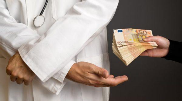 Συνελήφθη γιατρός που ζήτησε «φακελάκι» 650 ευρώ για μια γέννα