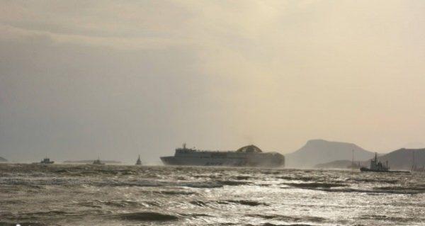 Μάχη με τα κύματα το πλοίο της ΑΝΕΚ για να δέσει στο λιμάνι της Σουδας