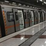 Έπεσε στις γραμμές του Μετρό