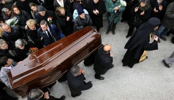 """""""ΠΑΓΩΣΑΝ"""" σε κηδεία στη Κρήτη από αυτό που είδαν όταν άνοιξαν το φέρετρο"""