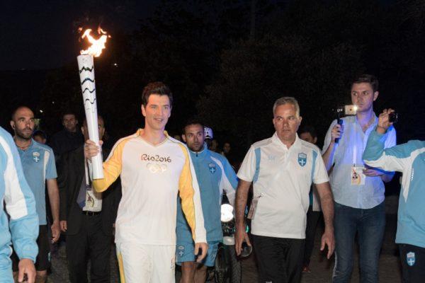 Ο Σάκης Ρουβάς παρέλαβε την Ολυμπιακή Φλόγα κάτω από την Ακρόπολη