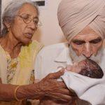 Η Ινδή που γέννησε στα 70 θηλάζει το μωρό της και δηλώνει «ευλογημένη»