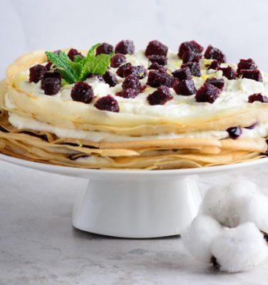 Κέικ με κρέπες, κρέμα και ζελέ από μύρτιλα