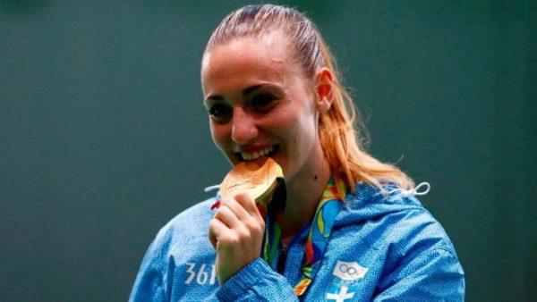 Άννα Κορακάκη: Μαζι με ελληνίδα τραγουδίστρια στο αεροδρόμιο και της έδωσε να κρατήσει το χρυσό μετάλλιο