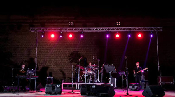 Πλήθος κόσμου στο θέατρο Ανατολικής Τάφρου στη συναυλια που έγινε για φιλανθρωπικό σκοπό με τον Κώστα Λειβαδά την Μελίνα Ασλανίδου και τον Βασίλη Σκουλά