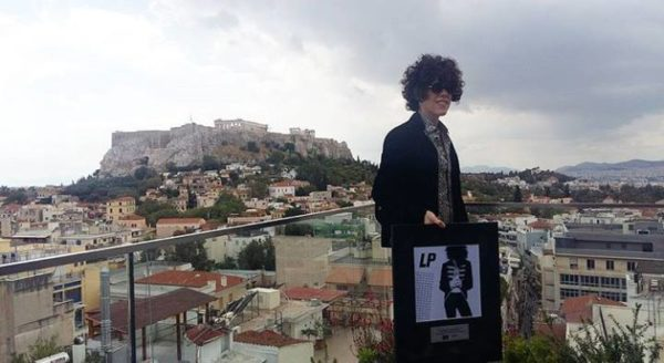 Απονομή πλατινένιου δίσκου στην LP, στο κέντρο της Αθήνας