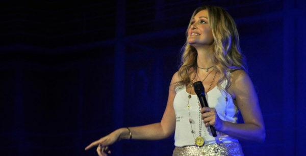Η Νατάσα Θεοδωρίδου τραγουδά για το Αννουσάκειο Ίδρυμα