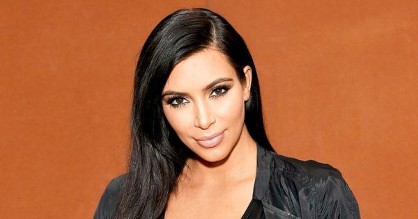 Η Kim Kardashian βγήκε για φαγητό αφήνοντας το στήθος της σε κοινή θέα