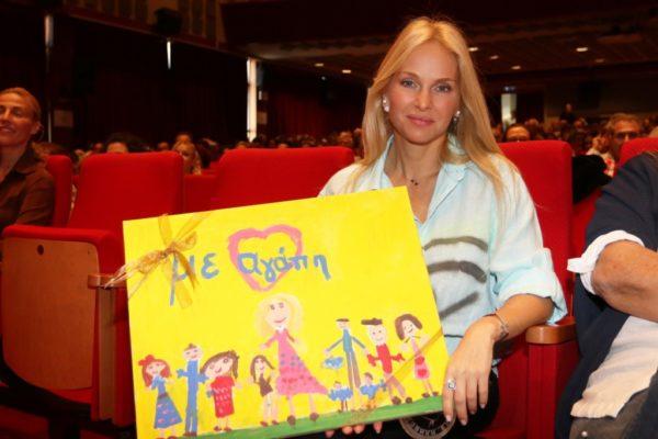Η Μαρί Κυριακού βραβεύτηκε από τον πρόεδρο της Εθνικής Παιδικής Πινακοθήκης