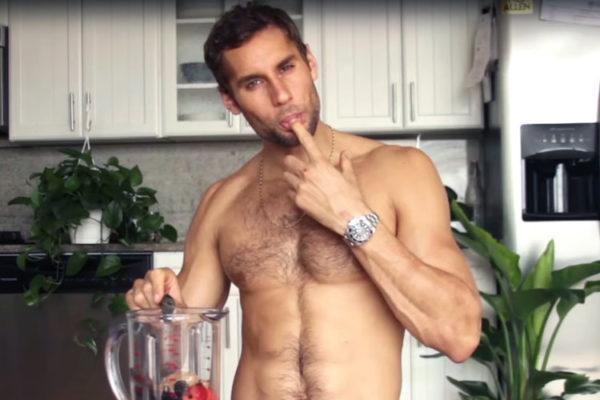 Ο σεφ που μαγειρεύει γυμνός στην τηλεόραση