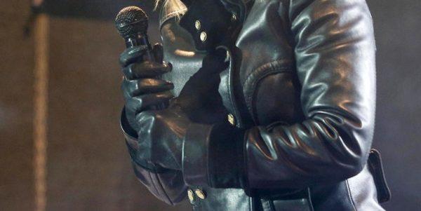 Τραγουδίστρια βγήκε στη σκηνή με… μπουφάν και γάντια