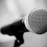 Ελληνας τραγουδιστής είπε ότι όταν τραγουδούσε του πετούσαν μπουκάλια και τσιμεντόλιθους