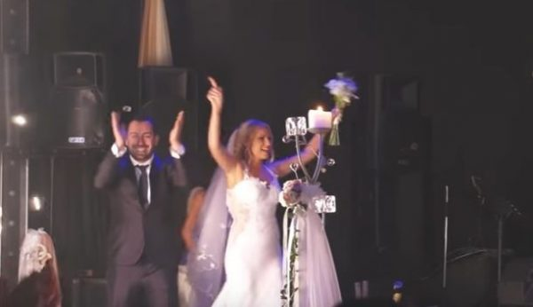 Ζευγάρι από τα Χανιά έκανε το γάμο του video clip