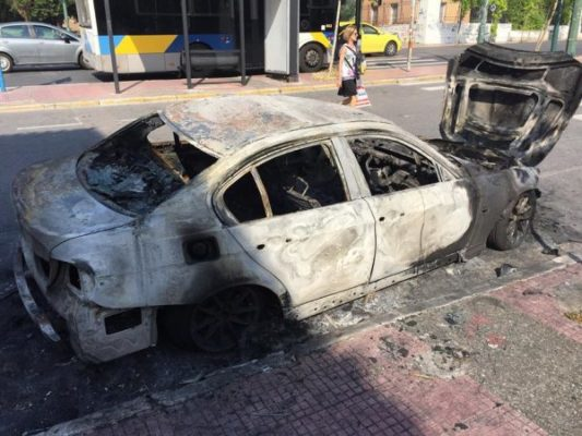 Καμμένο αυτοκίνητο στο κέντρο της Αθήνας