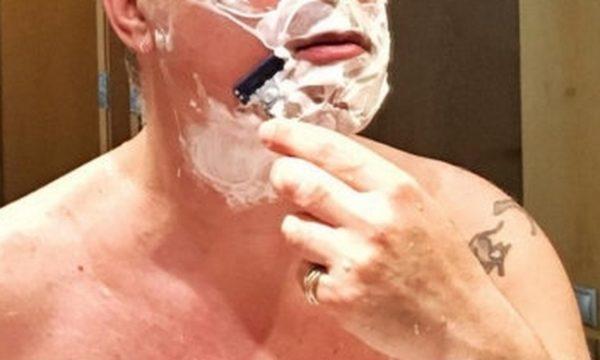 Μέχρι και το μουστάκι τον έβαλαν να ξυρίσει
