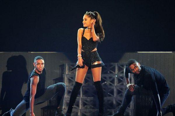 Η Ariana Grande ματαίωσε την περιοδεία της;
