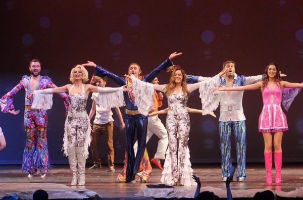 """Οι συντελεστές του """"Mamma Mia"""" μιλούν στον ΑΝΤ1 για την επιτυχημένη υπερπαραγωγή"""
