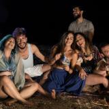 Μια παρέα από ταλαντούχους ηθοποιούς παρουσιάζει τη δική της «στιγμή» σε ένα όμορφο τραγούδι