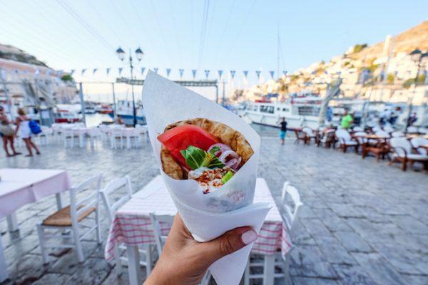 Είναι οι Έλληνες κουβαρντάδες όταν ταξιδεύουν;