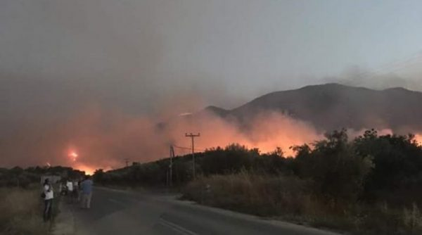 Σε πύρινο κλοιό η ανατολική Μάνη: Κάηκαν σπίτια σε χωριά