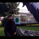 Ο Πατέρας Κλεομένης βανδαλίζει άγαλμα και δεν έχει καθόλου πλάκα