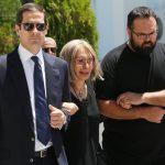 Υποβασταζόμενη η Ρίκα Διαλυνά στη κηδεία του συζύγου της