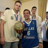 Ο Τσίπρας φόρεσε φανέλα της εθνικής μπάσκετ