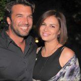 Ο Αντώνης Βλοντάκης και η Κορίνα Στεργιάδου παραμένουν ερωτευμένοι | Παθιασμένα φιλιά στην παραλία