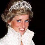 Η Emma Corrin μπαίνει στο «The Crown» ως Diana και είναι ολόιδιες