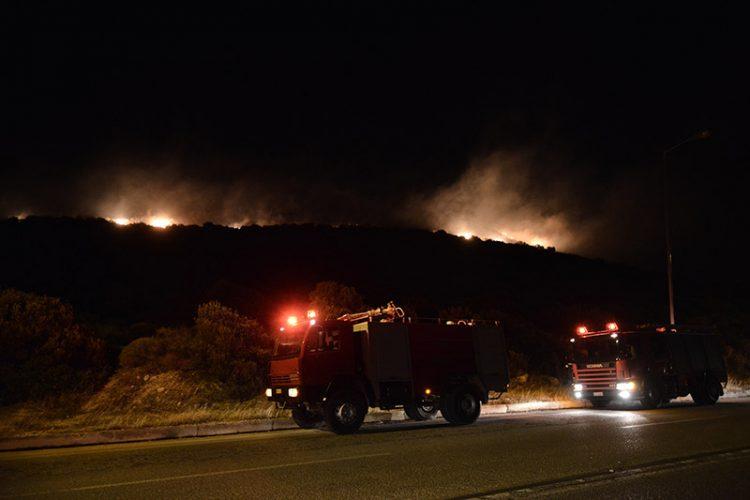 Νύχτα αγωνίας στη Σαρωνίδα – Η φωτιά φτάνει στην παραλιακή