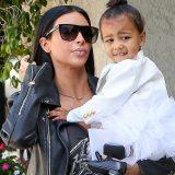 Η φωτογράφηση της Kim Kardashian με την κόρη της που έχει προκαλέσει σάλο