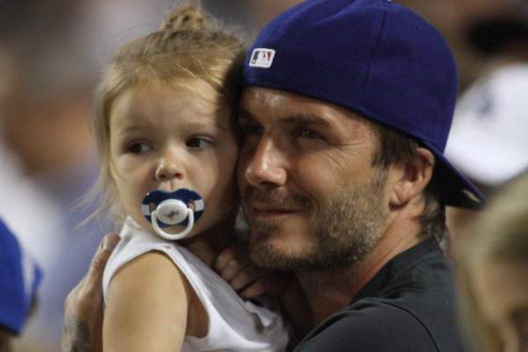 Ο David Beckham μαθαίνει ποδόσφαιρο στη μικρή Harper