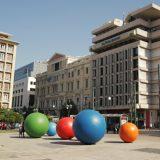 Το κέντρο της Αθήνας γέμισε χρώματα! Τι συμβαίνει με τις μυστηριώδεις μπάλες;