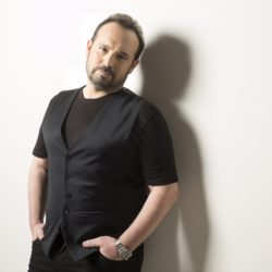 """Ο Κώστας Μακεδόνας μιλάει για την άγνωστη ιστορία πίσω από το τραγούδι """"Παρ'το Λίζα"""""""
