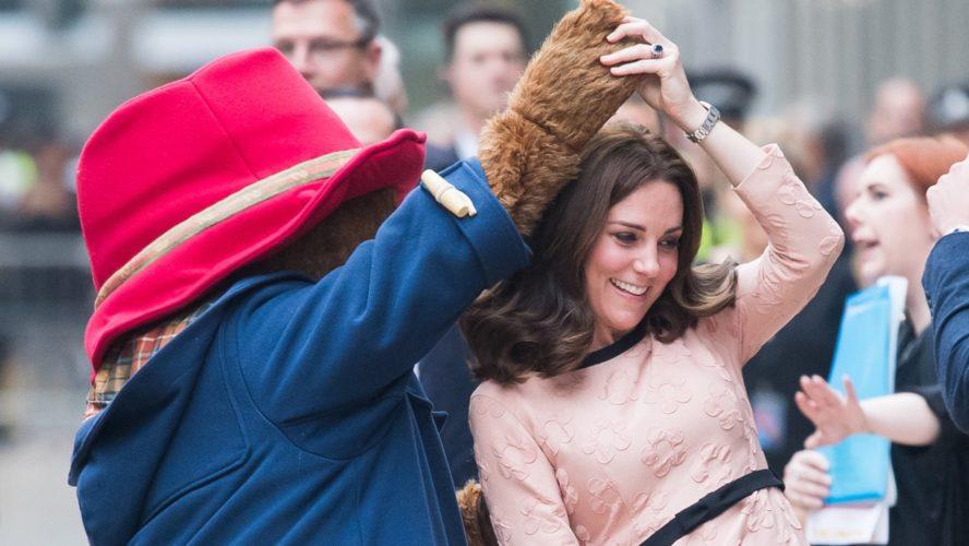 Η Kate Middleton χόρεψε με την αρκούδα Paddington μετά την ανακοίνωση για Τρίτη εγκυμοσύνη