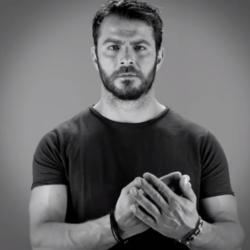 Το σποτ του Γιώργου Αγγελόπουλου για διεθνή φιλανθρωπική εκστρατεία υπέρ των γυναικών