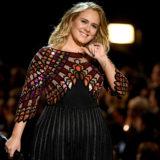 Adele: Ευχαριστώ που ντύσατε τον μεγάλο κ@λο μου!