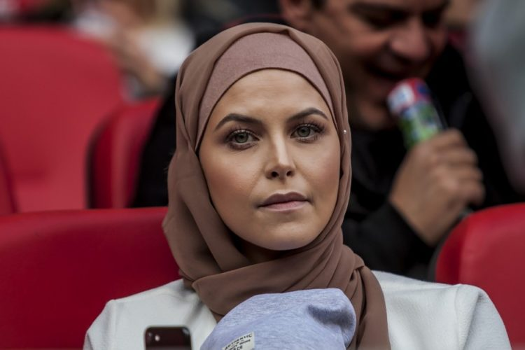 Μια όμορφη γυναίκα με μαντίλα τραβά όλα τα βλέμματα στις κερκίδες του Καραϊσκάκης