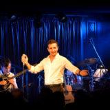 Πετυχημένη πρεμιέρα του Δημήτρη Μπάση στο PETROGAZI και τη «Συνοικία Ασμάτων»