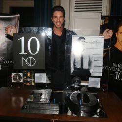 Νίκος Οικονομόπουλος: Πολυπλατινένια απονομή για τους δίσκους «10» και «Ένα Μικρόφωνο Κι Εγώ»