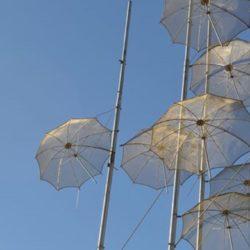 """Θεσσαλονίκη: Ζημιές προκάλεσε ο δυνατός αέρας στο γλυπτό """"Ομπρέλες"""""""