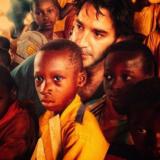 Ο Χριστόφορος Παπακαλιάτης μαθαίνει σε παιδιά της Αφρικής να τραγουδάνε Ελληνικά.